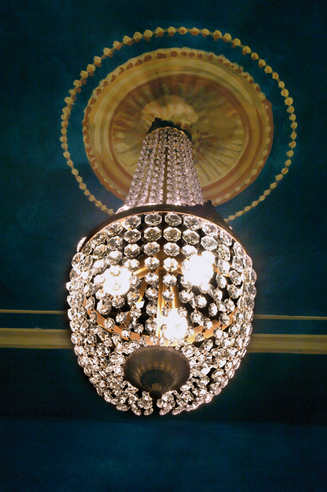 un lampadario di vetro