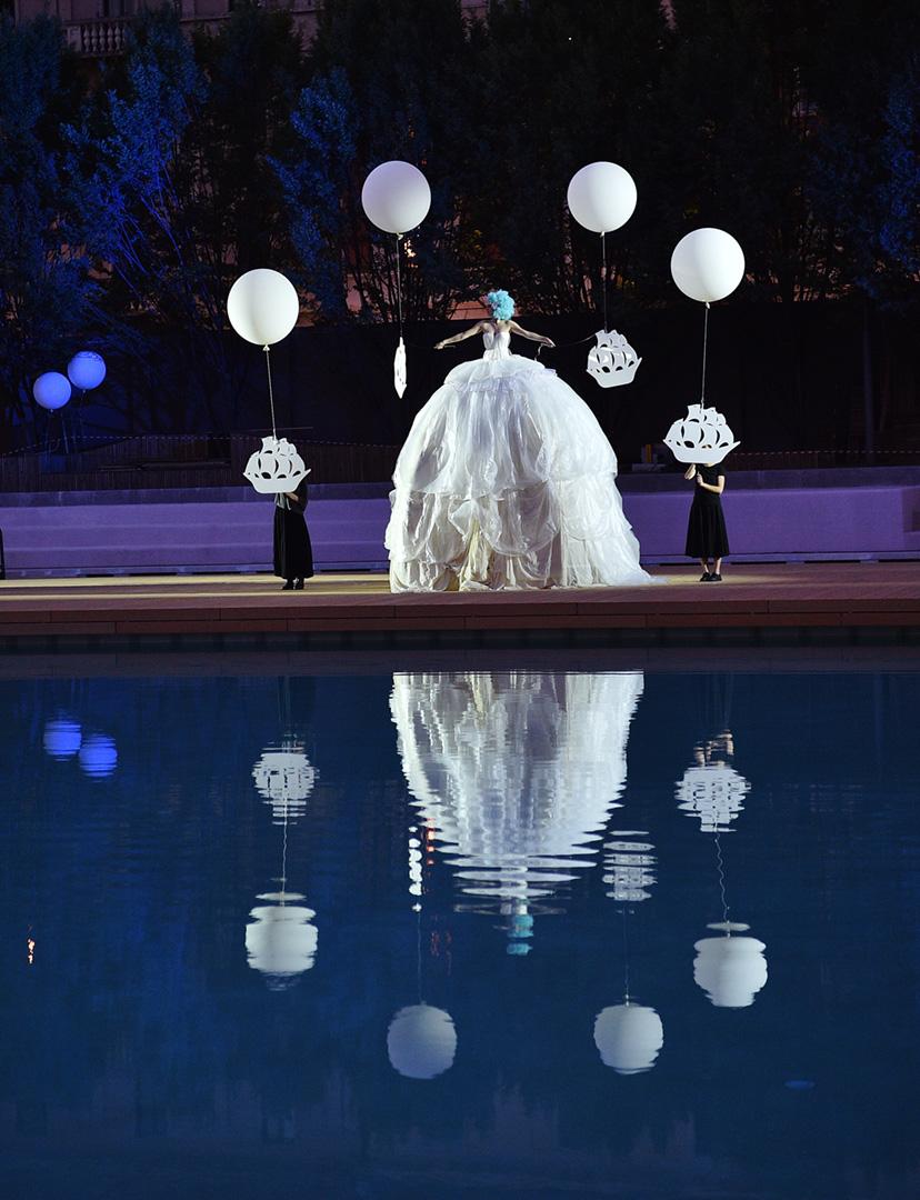 uno spettacolo scenografico a bordo piscina