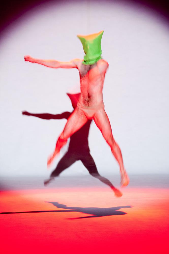 Ballerino in salto illuminato di rosso