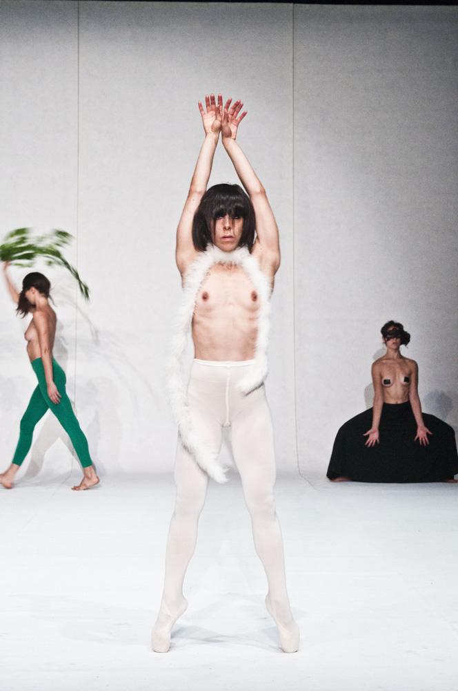 Coereografia di tre ballerine vestite di bianco, nero e verde