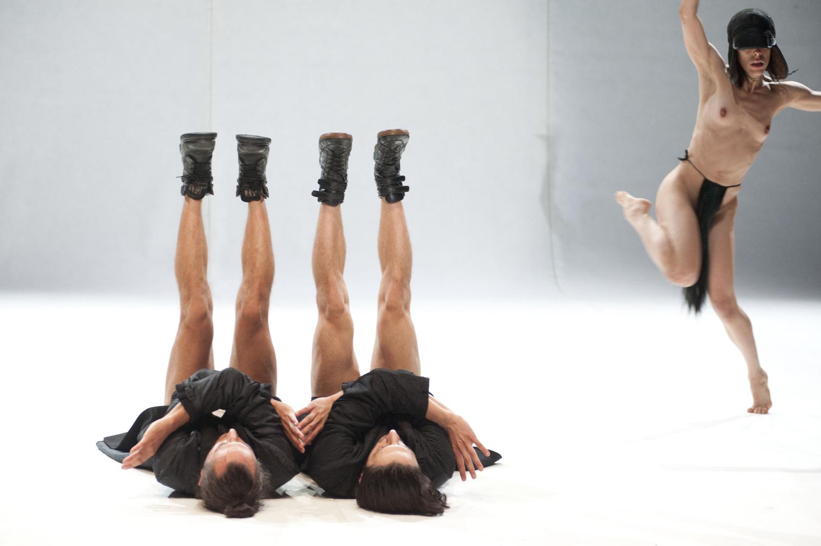 Coreografia con una ballerina nuda e due ballerine sdraiate di schiena