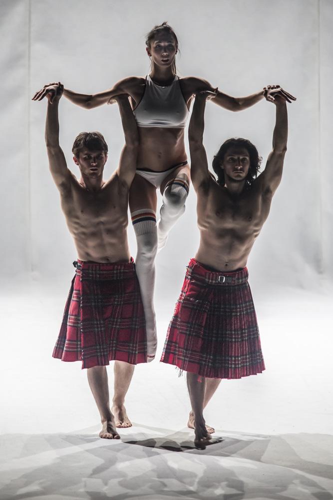 Coreografia con due ballerini con kilt che sostengono una ballerina