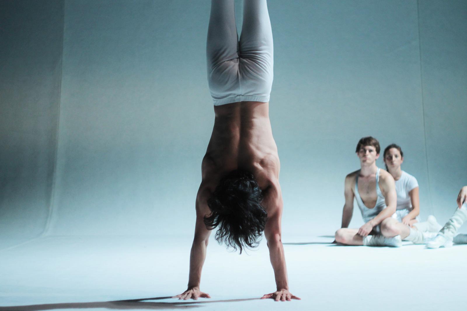 Ballerino in posa verticale