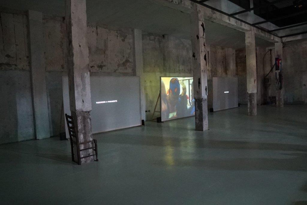 Gli interni della palazzina durante una mostra