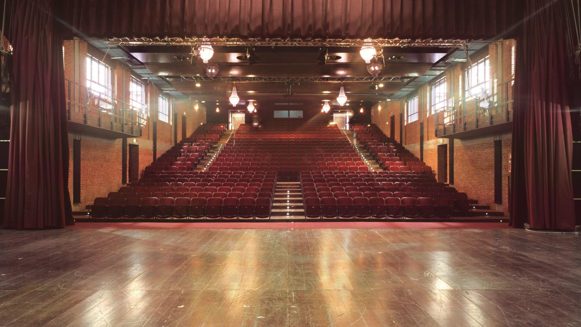 Sale e spazi sala grande 500 posti teatro franco for Sala grande